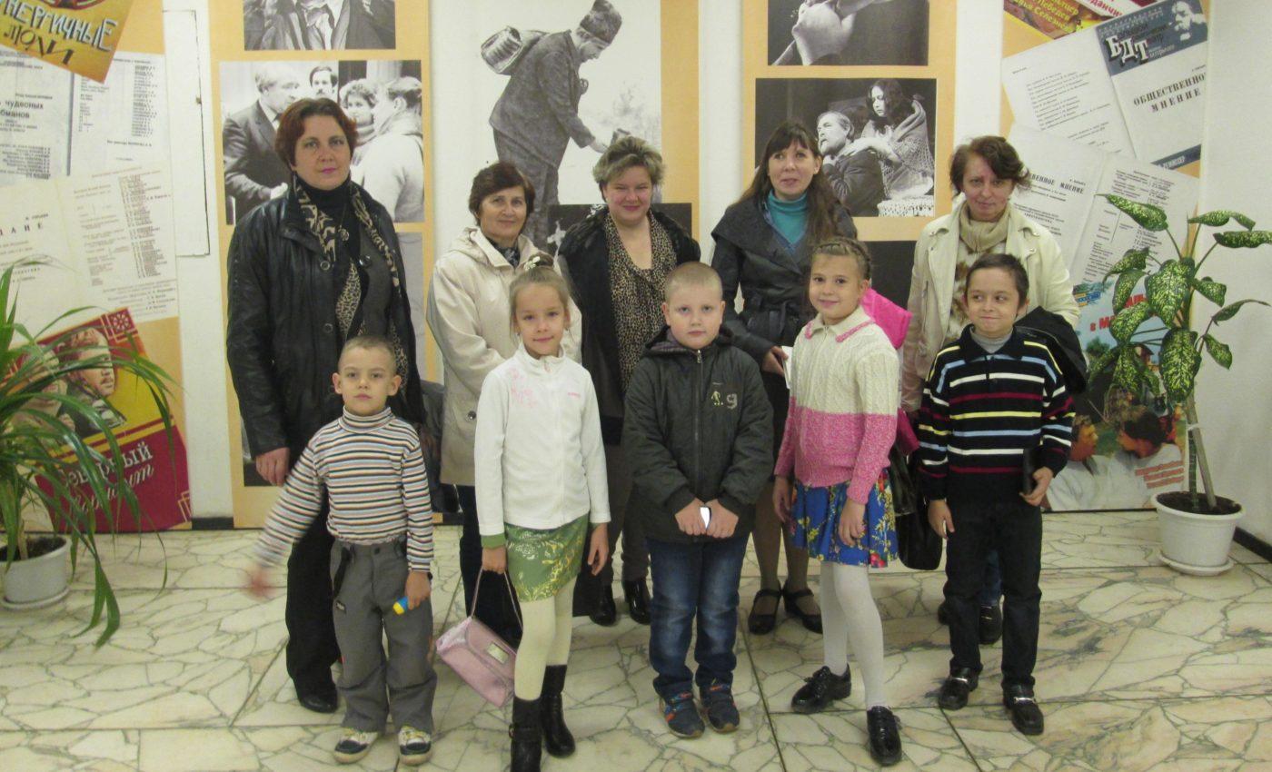 Балаковские волонтеры сопровождают читателей библиотеки для слепых в театр