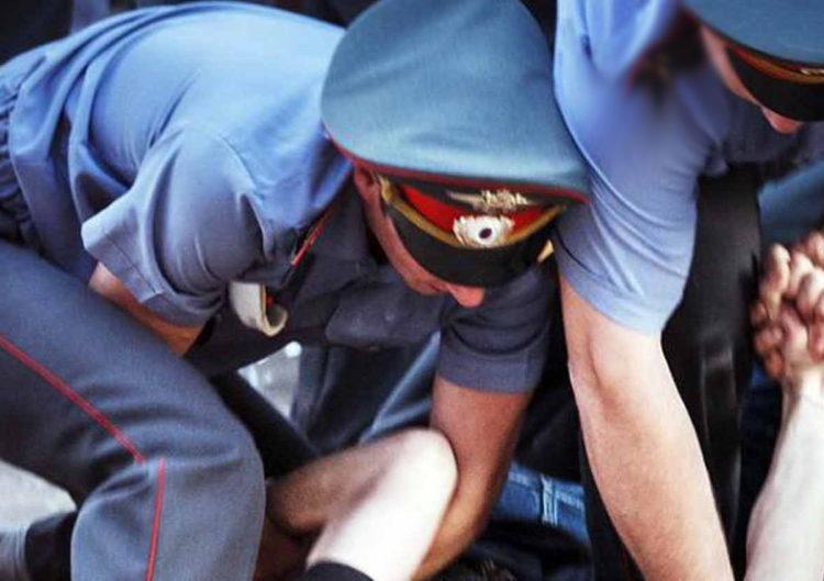 Полицейские избили парня и подбросили ему наркотики
