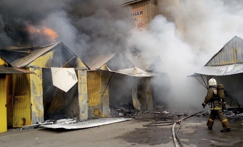 Поджог рынка «Феникс» в Энгельсе: пожар тушили три часа