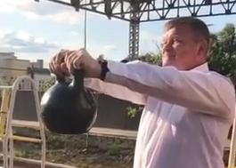 мэр Саратова принял вызов силача Вячеслава Максюты и 30 секунд продержал гирю на вытянутых руках