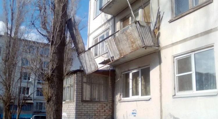 В Балаково ищут родственников владельца квартиры с обвалившимся балконом