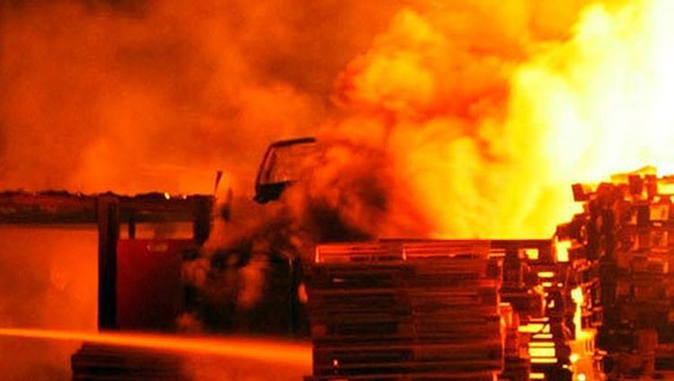 В Балаково тушили крупный пожар на складе с пиломатериалами