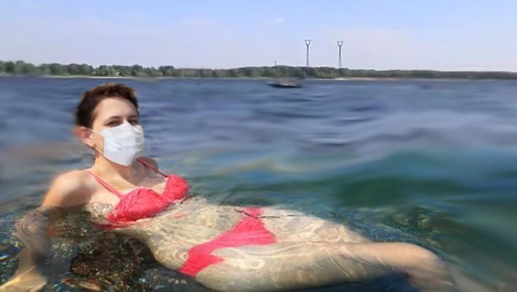 А ты стоишь на берегу в белой маске на пляжах в Саратовской области