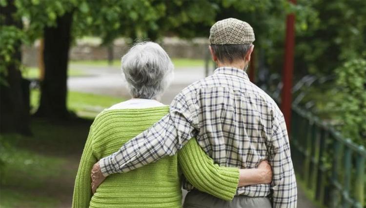 Бокерия предложил разрешить прогулки пожилым людям на свежем воздухе
