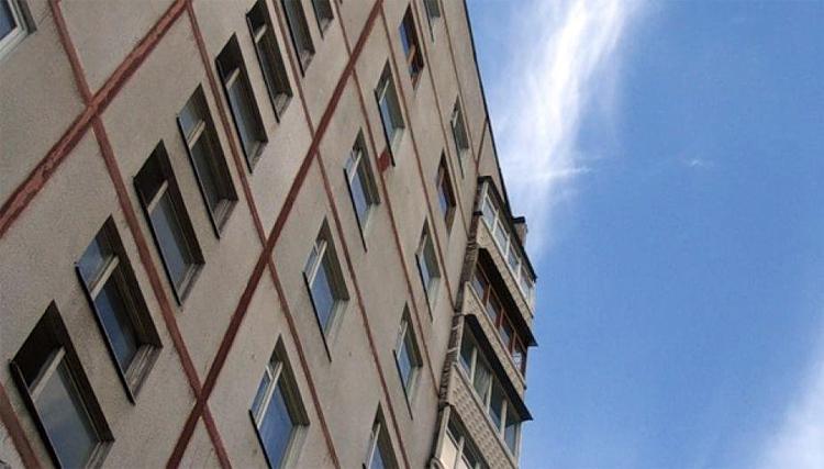 В Балаково из окна шестого этажа выпал годовалый малыш