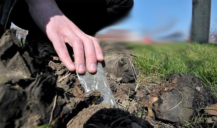 В Балаково несовершеннолетнего поймали на берегу судоходного канала с крупной закладкой наркотиков
