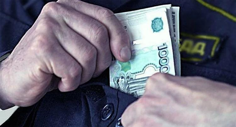Балаковский полицейский вымогал взятку с водителя через посредника и теперь заключен под стражу