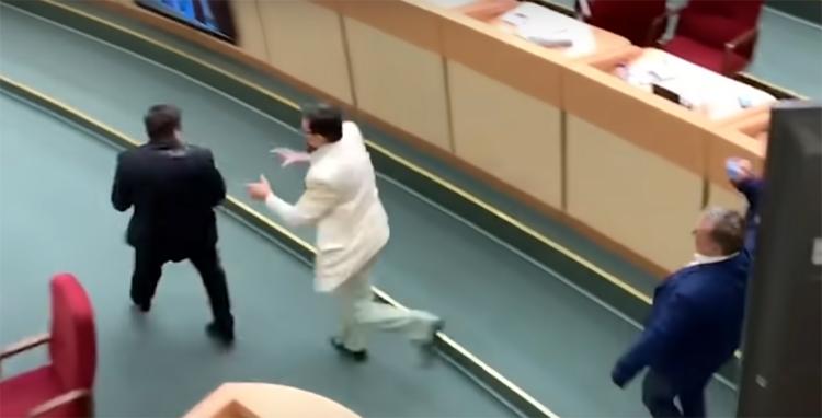 Как после драки кулаками машут оскандалившиеся депутаты пишут друг на друга заявления