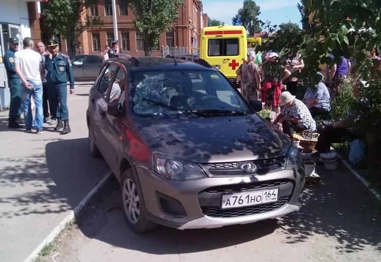 В Балаково автомобиль на тротуаре сбил двух пешеходов и чуть не передавил бабушек