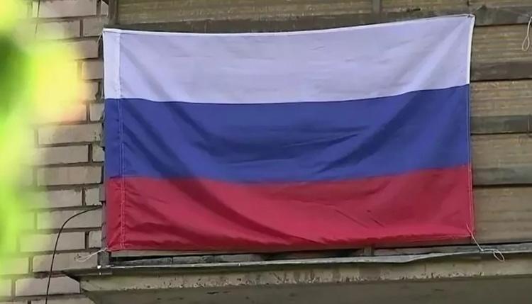 Жителям Саратова предложили открыть в День России окна и спеть российский гимн