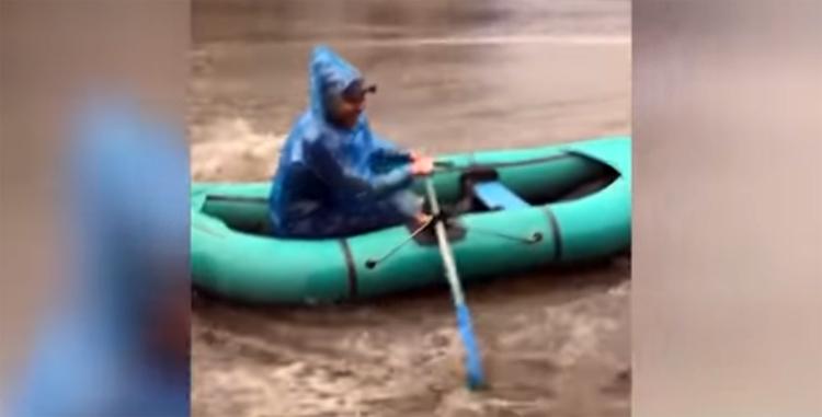 Саратовцы устроили сплав по затопленной после дождя улице