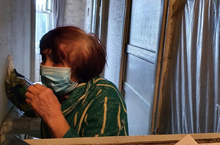 Ела банку тушенки по ложечки неделю как голодают старики Саратовской области
