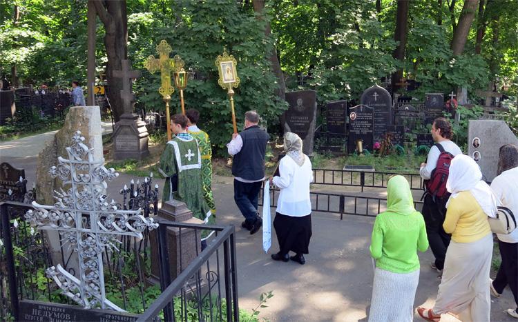 На Троицу разрешат посещение кладбищ