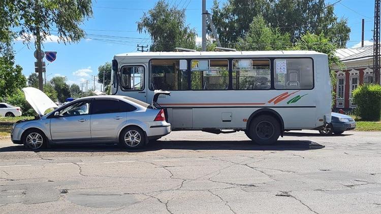 В Балаково «Форд» столкнулся с пассажирским пазиком