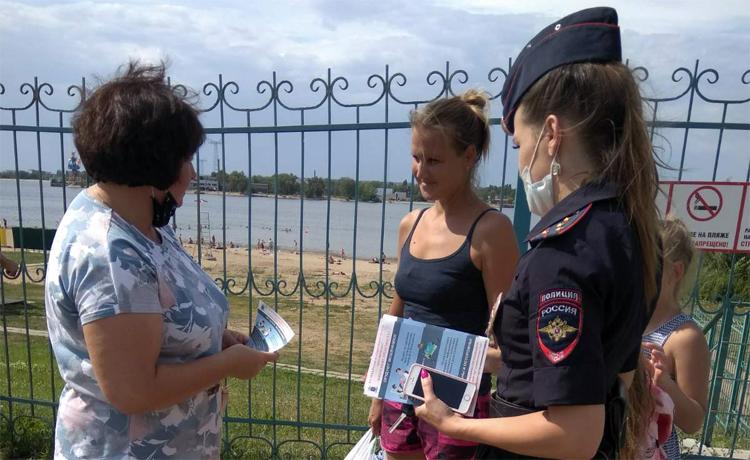 Балаковские полицейские и члены Общественного совета при МВД вышли к людям на пляж с предостережениями