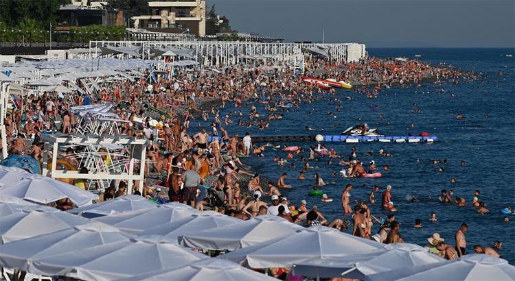 Туристы пустились во все тяжкие и занимаются сексом прямо на пляже