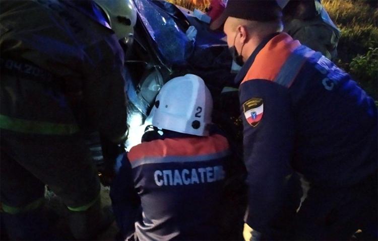 Недалеко от Балаково лоб в лоб столкнулись два автомобиля