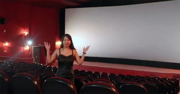 Работник кинотеатра наглядно показала чиновникам абсурдность их решения