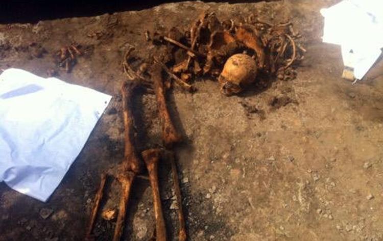 Рабочие наткнулись на скелет человека когда рыли траншею