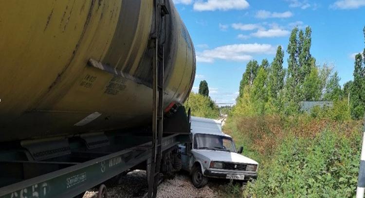 На переезде в Балаково столкнулись пирожок и локомотив