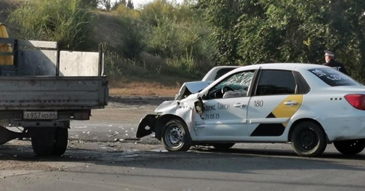 В Балаково грузовик протаранил «Яндекс.Такси» и травмировал пассажира