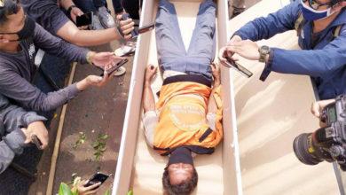 Нарушителей масочного режима в Индонезии заставляли ложиться в гроб