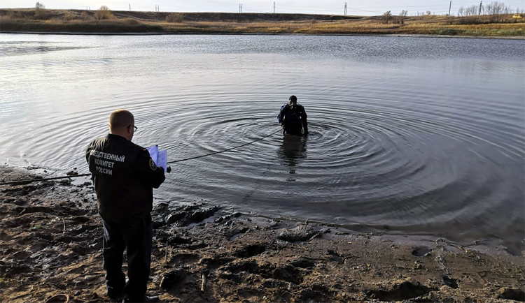 Рыбаки выловили мужской кроссовок с остатками ступни человека