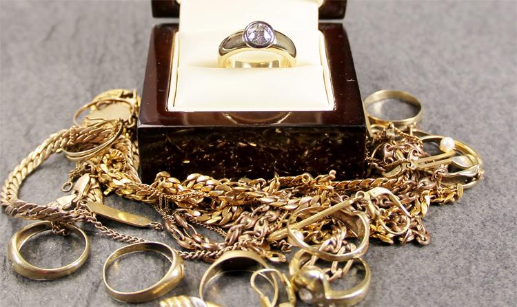 Ничего себе, золотая осень В Балаково во время застолья собутыльница похитила у подруги весь золотой фонд семьи