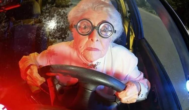 Слепая глухая 80-летняя бабка на «ржавом корыте» бьет автомобили в Балаково
