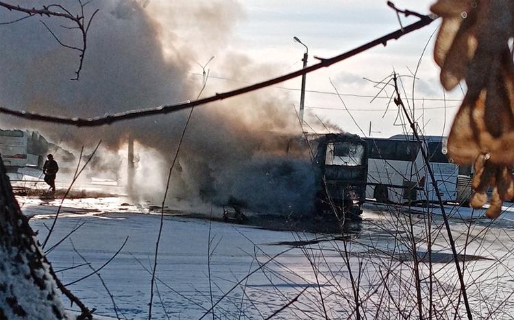 В Балаково сгорел автобус рядом с заводом где погибли люди