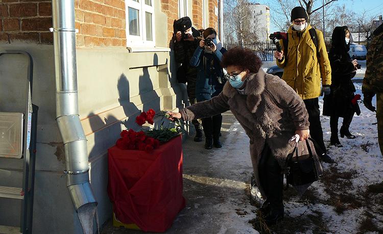 Живая память: в Балаково открыли мемориальную доску в память Николая Грибанова