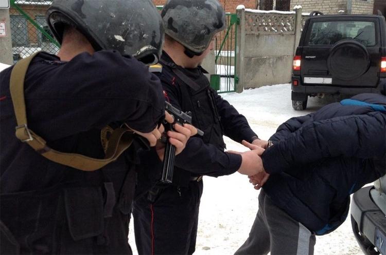 Двое грабителей в Балаково отняли у юноши золотой браслет