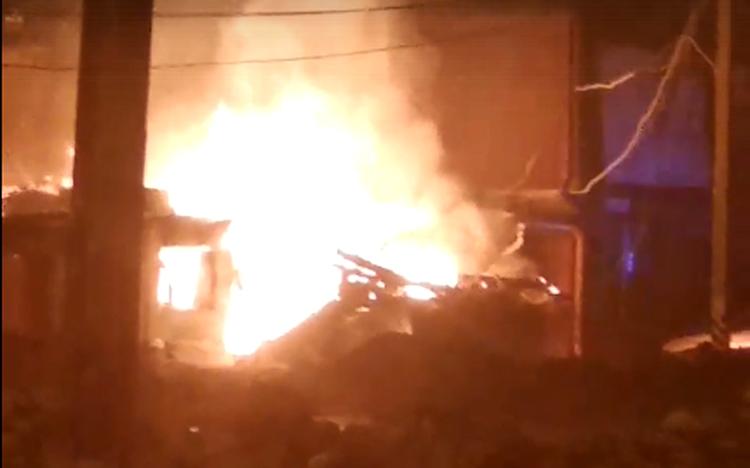 Ночью в Балаково полностью сгорел дом на Комарова