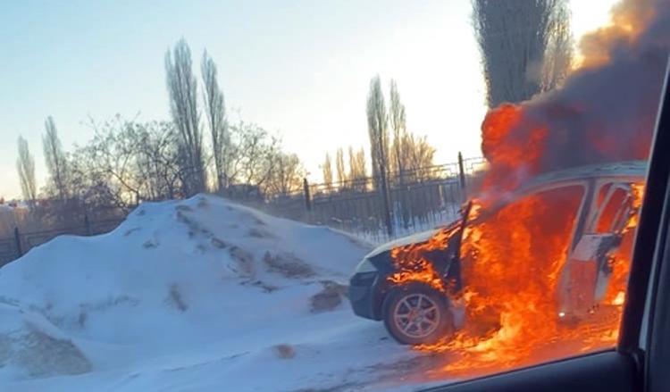 В Балаково в 7-м микрорайоне дотла сгорела иномарка