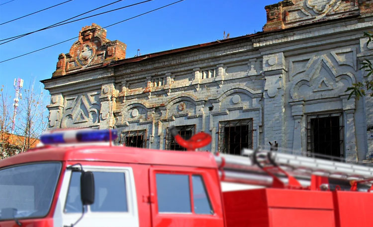 Неспокойный день для балаковских пожарных: горели дом, историческое здание и подземный гараж