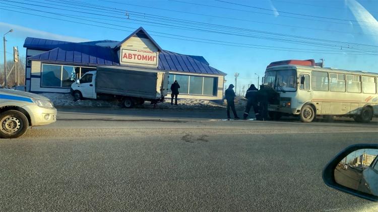Сегодня в Балаково пассажирский автобус врезался в грузовую «газель»