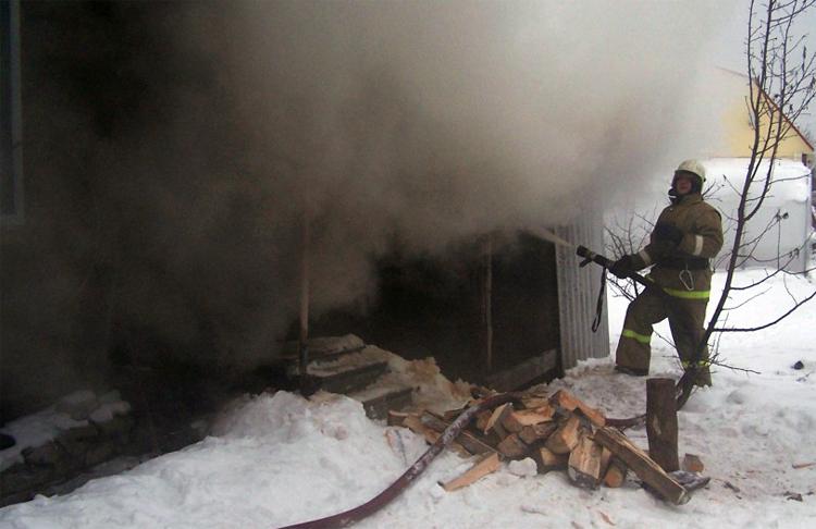 Перед женским праздником в Балаковском районе сгорела баня на улице 8 Марта