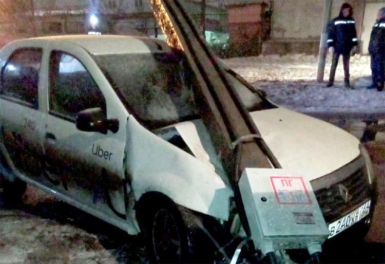 В Балаково таксист повалил столб и скрылся с места ДТП