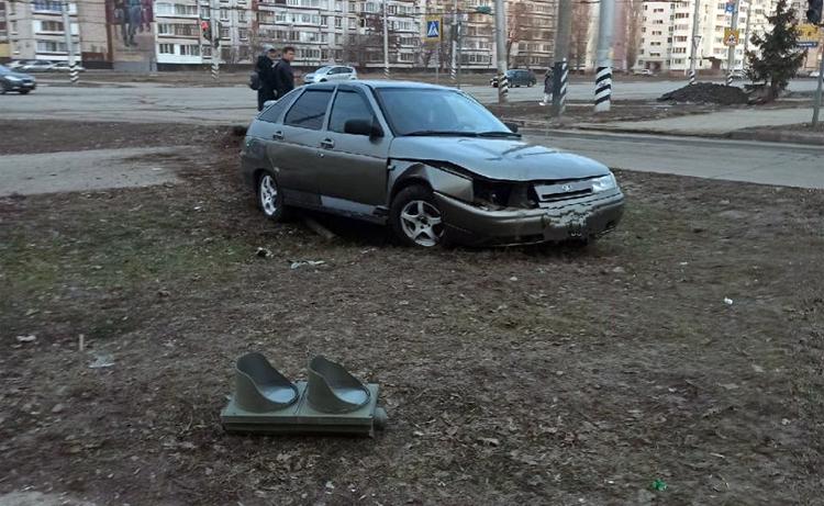 В Балаково 19-летний водитель сбил светофор