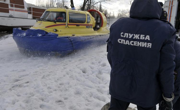 Спасатели в Балаково эвакуировали двух рыбаков и обнаружили труп