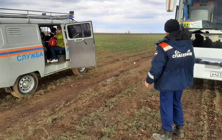 После призыва Радаева любоваться тюльпанами спасателям пришлось вытаскивать из грязи автобус с туристами