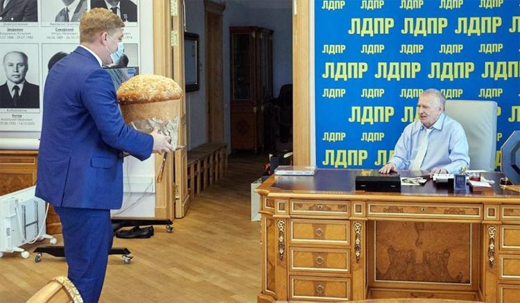 Жириновского поздравили с юбилеем саратовским калачом