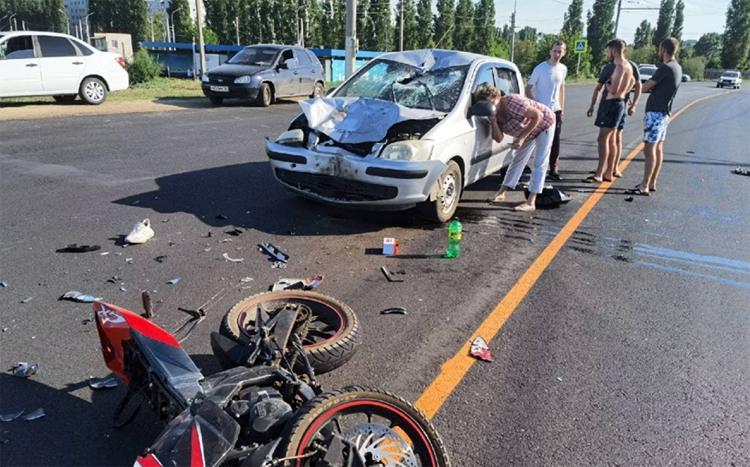 В Балаково мотоциклист врезался в иномарку под управлением женщины