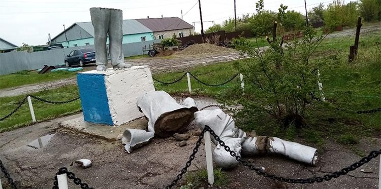 Памятник Ленину сам развалился или кто-то помог?