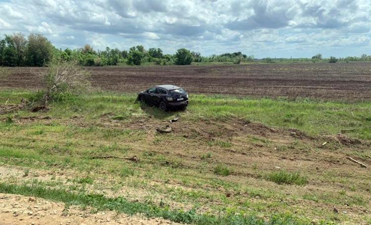 Рядом с Балаково женщина за рулем «Мазды» вылетела с трассы в поле