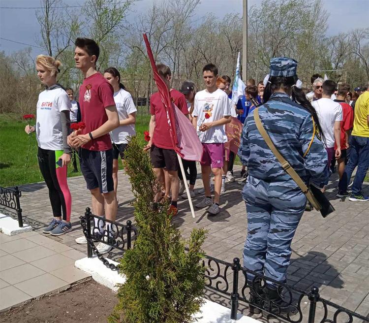 Балаковские студенты пробежали от обелиска в Балаково до обелиска в селе Натальино