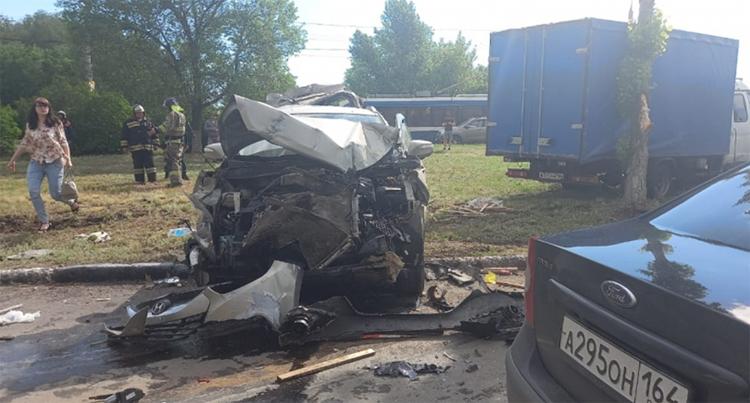 В районе шлюзового моста автоцистерна протаранила три машины и опрокинулась на бок