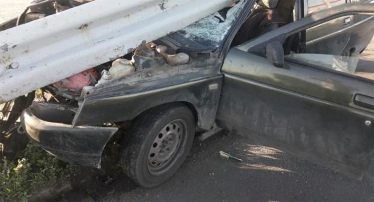 В Балаково отбойник буквально пробил «одиннадцатую», но водитель остался жив