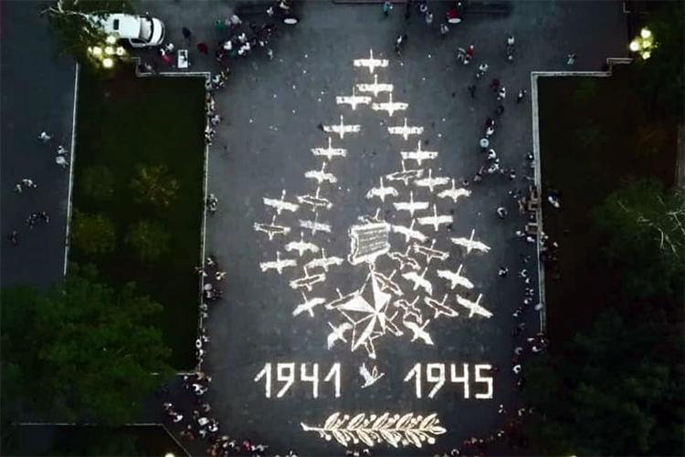Чтобы помнили: у Обелиска зажгли 10 000 свечей в память о балаковцах, погибших в годы войны