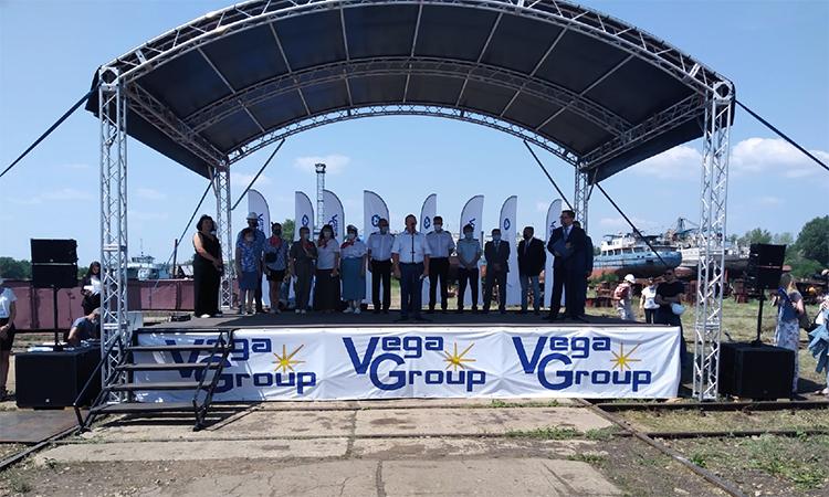 В Балаково началась торжественная церемония спуска на воду катера «Юрий Бабаев»
